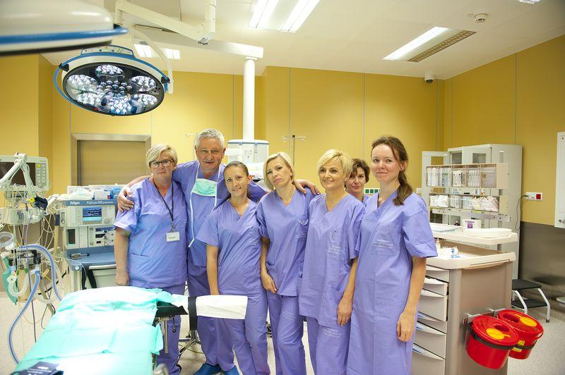 Personel medyczny przy stole operacyjnym